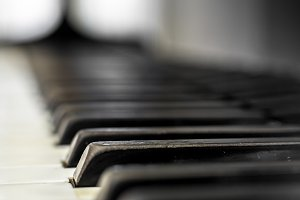 Piano keys with shallow DOF