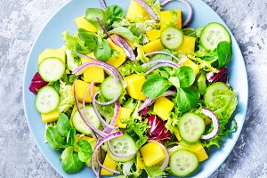 Lettuce salad with mango slices