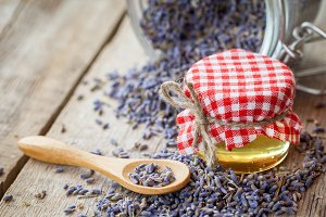 Honey and dry lavender.