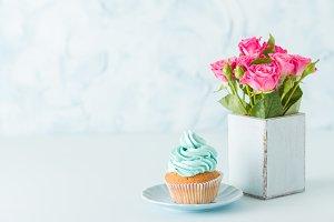 Cupcake and pink roses