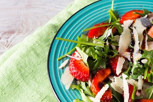 Salad with strawberries, arugula and parmesan