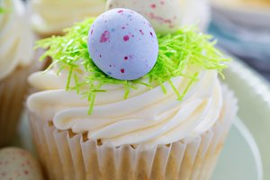 Easter vanilla cupcakes with cream cheese frosting