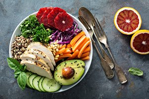 Healthy lunch bowl with chicken and quinoa