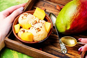 Ice cream with mango flavor