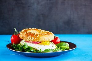 Bagel with fried egg