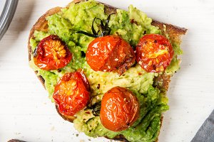 Avocado and roasted tomatoes toasts