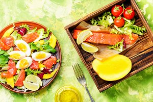 lettuce salad with fish