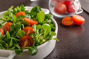Lamb lettuce salad, tomatoes and herbs