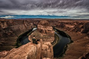 Horseshoe Bend and a hiker at the edge