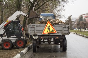 loading of leaves on a tractor