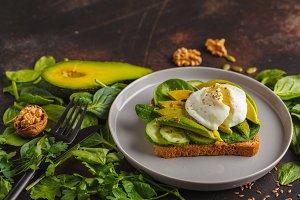 avocado with egg sandwich