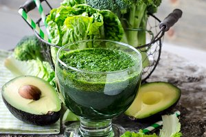 Green detox smoothie and ingredients