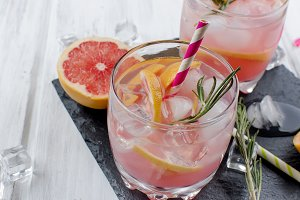 Cocktail with grapefruit slice