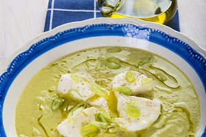 Cream of zucchini soup with apple and spring onion