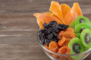 Mix the dried fruits.