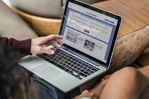couple using laptop (PSD)