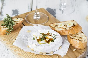 Baked camembert with toasts and thym