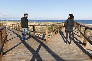 Couple who looks at a wooden walkway