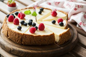 Classical Cheesecake with berries