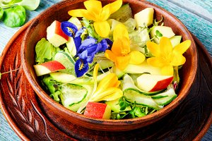 Edible flowers salad