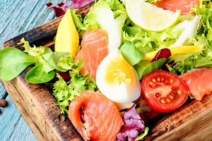 Lettuce salad with salmon