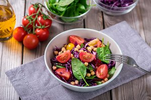 Chickpeas salad with spinach