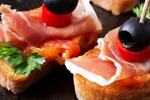Two pintxos with prosciutto