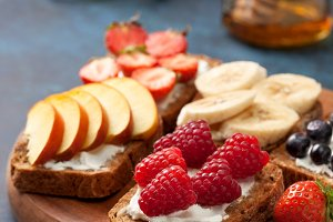 sandwiches with berries