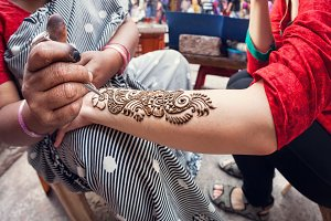 Maker of henna painting