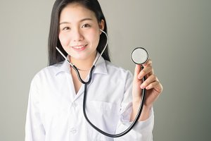 doctor uses the stethoscope