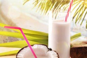 Coconut drink tropical beach vert.
