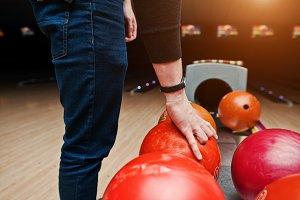 Guy play bowling