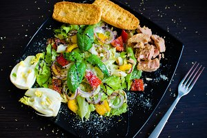 Fresh vegetable salad with bread, tuna and fennel
