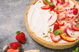 Delicious Tart with peaches and stra