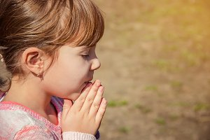 The child prays to God.