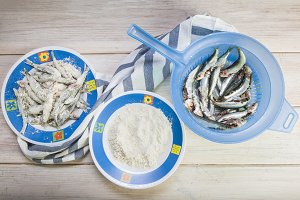 Flourishing sardines to cook them fried