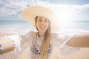 Woman on vacation with a hat