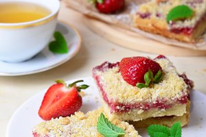 Delicious Berry Streusel Pie