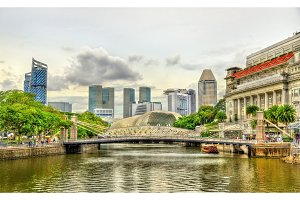 Cavenagh Bridge above the Singapore River