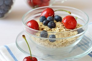 Rolled oats with berries