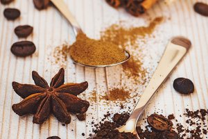 Ground coffee and cinnamon in spoons