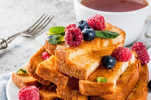 Baked french toasts with berries