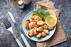 Marinated mussels with lemon and spices
