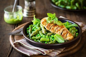 Grilled chicken breast with peas