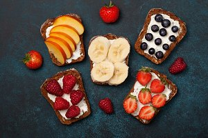 toast with berries