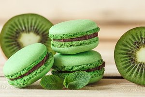 Green french macarons with kiwi
