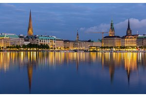 Hamburg city center over the lake