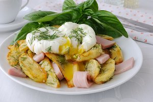 Fried potatoes with dill and ham