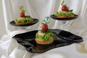 Canapes of chicken with sesame