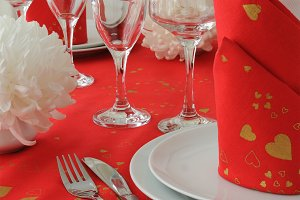 Red and white style tableware